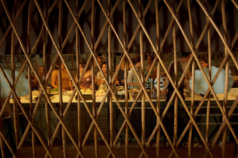 Pessoas cozinhando juntas, na inauguração da Cozinha Escola Nestlé, projeto do escritório de arquitetura Rosenbaum. Foto: Gabriel Cabral
