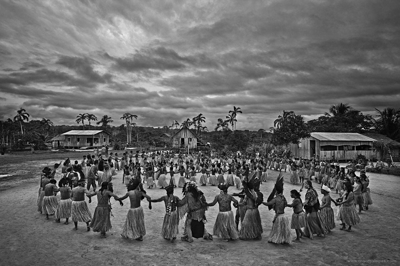 Dança na aldeia Yawanawá, no lançamento do projeto de habitação de autoria do escritório de arquitetura Rosenbaum