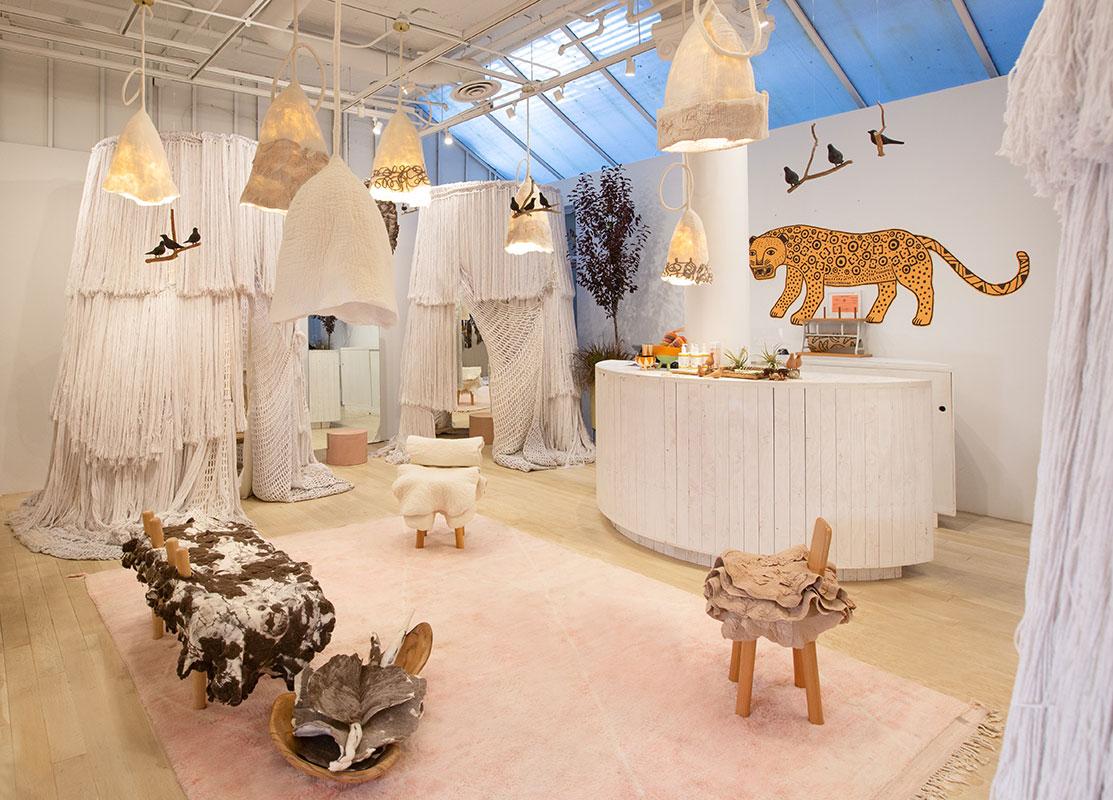 Interior da loja brasileira Farm, em Nova York. Projeto do escritório de arquitetura Rosenbaum.