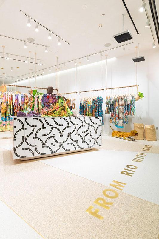 Interior da loja brasileira Farm, em Miami. Projeto do escritório de arquitetura Rosenbaum.